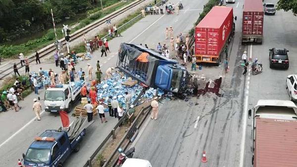 Camera hành trình tiết lộ sự thật vụ đứng xem tai nạn giao thông, ít nhất 6 người bị xe tải t ông t ử v ong