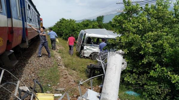 Tai nạn nghiêm trọng vừa xong: Tàu hỏa tông trực diện ô tô 16 chỗ, 3 người t.ử v.ong tại chỗ