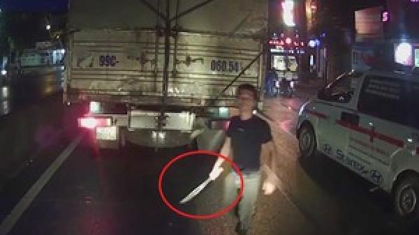Không vượt được, tài xế xe cứu thương vác dao xuống 'dằn mặt' lái xe tải