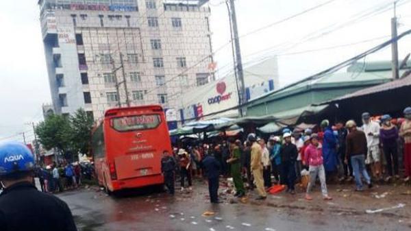 Tai nạn nghiêm trọng vừa xong: Xe khách lao thẳng vào chợ ven đường, ít nhất 3 người ch.ết