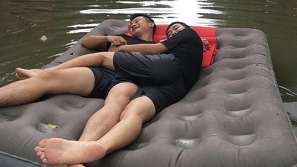 Bức ảnh hot nhất ngày mưa bão: 2 thanh niên thả bè giữa phố rồi nằm ôm nhau tâm sự chuyện đời