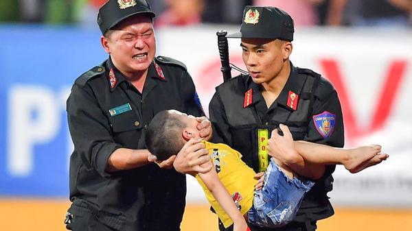 Fan nhí bất ngờ bị co giật khi đi xem bóng đá, chiến sĩ cảnh sát nén đau để em bé c.ắn vào tay giữ tính mạng