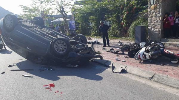 Ô tô mất lái 'hạ gục' hàng loạt xe máy rồi nằm 'phơi bụng' trên đường