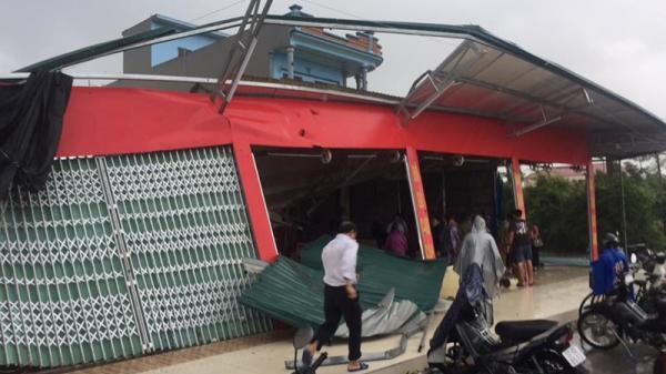 Lốc xoáy bất ngờ làm sập nhà, ô tô tải bay xuống ruộng
