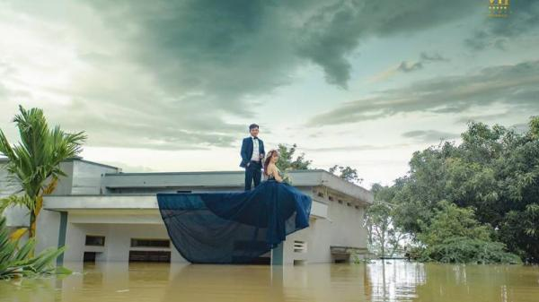 Mùa lũ kinh hoàng, chú rể rủ cô dâu lên nóc nhà chụp ảnh khiến dân tình 'phát sốt'