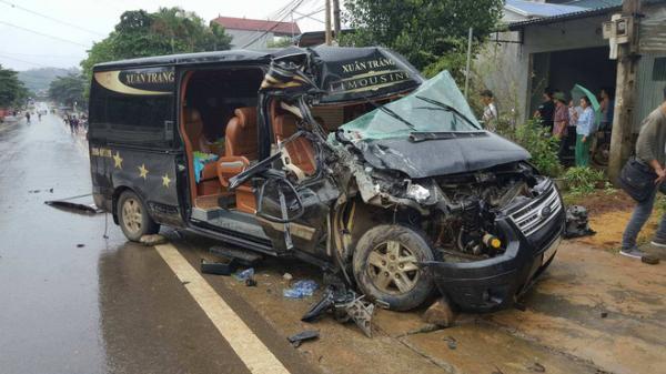 Xe Limousine 16 chỗ nát bét sau khi đâm vào đuôi xe tải đang đỗ ven đường, 1 phụ nữ bị thương nặng