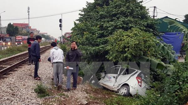 Tai nạn kinh hoàng ô tô 4 chỗ bị tàu hỏa húc văng