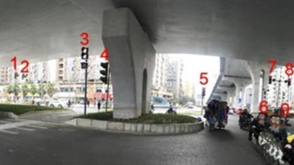 CHOÁNG: 37 cột đèn giao thông đặt ở một ngã tư