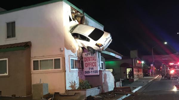 VIDEO KINH HOÀNG: Ô tô mất lái, bay thẳng lên tầng 2 văn phòng