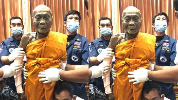 """VIDEO: Qua đời 2 tháng nhưng nhà sư Thái Lan vẫn """"mỉm cười""""?"""