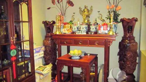 Lau dọn bàn thờ, tỉa chân hương trước hay sau khi cúng ông Công ông Táo sẽ mang lại nhiều may mắn nhất?