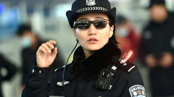 Siêu kính râm giúp cảnh sát nhận diện tội phạm trong 'nháy mắt' giữa biển người về quê ăn Tết