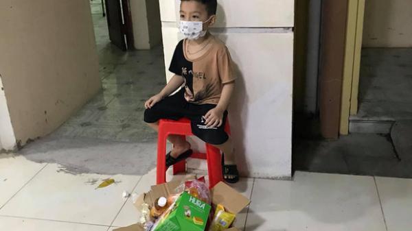Bé trai 6 tuổi một mình đi nhận kết quả dương tính Covid-19: Ánh mắt ngơ ngác, ngồi nép vào cánh cửa