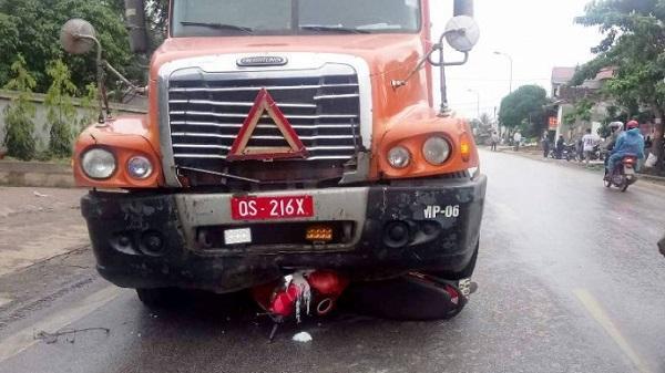 Xe container biển đỏ đâm vào xe máy, 1 người tử vong