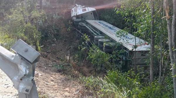 Xe đầu kéo mất lái lao xuống hố sâu 6 m, tài xế Nghệ An may mắn thoát chê't