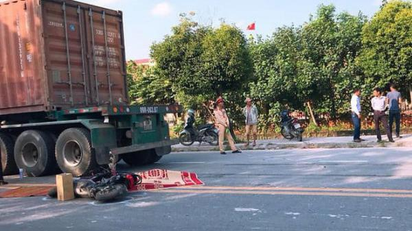THƯƠNG TÂM: Va chạm xe container, nữ sinh THPT đi xe đạp điện tử vong tại chỗ