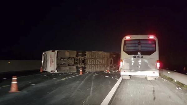 KINH HOÀNG: Ôtô chở 20 người lật trên cao tốc, nhiều hành khách nhập viện