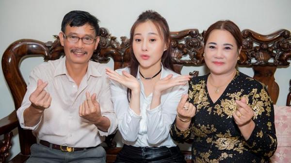Bố như soái ca, mẹ như hoa hậu thôn bảo sao Phương Oanh 'Quỳnh Búp Bê' lại xinh đẹp như thế!