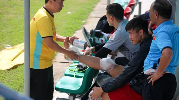 Quế Ngọc Hải chườm đá khắp chân sau buổi tập của ĐT Việt Nam
