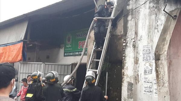 Chữa ch.áy kho hàng Tết ở chợ Vinh, một cảnh sát bị thương nhập viện