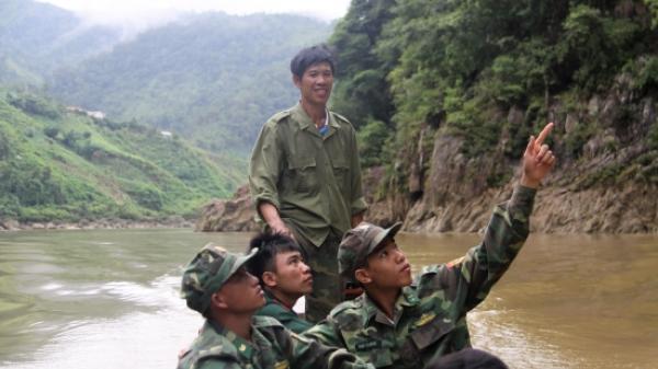 """Ở nơi thượng nguồn sông đà, có một người đàn ông Lai Châu được người dân trong bản trìu mến gọi với cái tên """"ông Khiêu lái xuồng"""""""