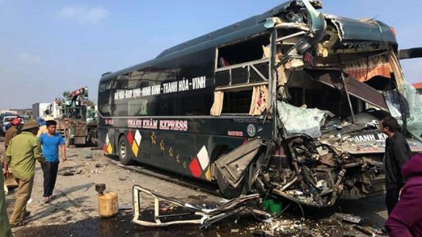 Nghệ An: 2 xe khách va chạm kinh hoàng, người dân phải ph.á cửa đưa hành khách bên trong ra ngoài