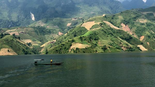Lặng ngắm vẻ đẹp sông nước hữu tình của sông Đà chảy vào Mường Tè, Lai Châu