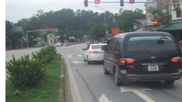 Lần đầu tiên huyện Đức Thọ (Hà Tĩnh) lắp đặt và đưa vào sử dụng cột đèn tín hiệu giao thông đường bộ