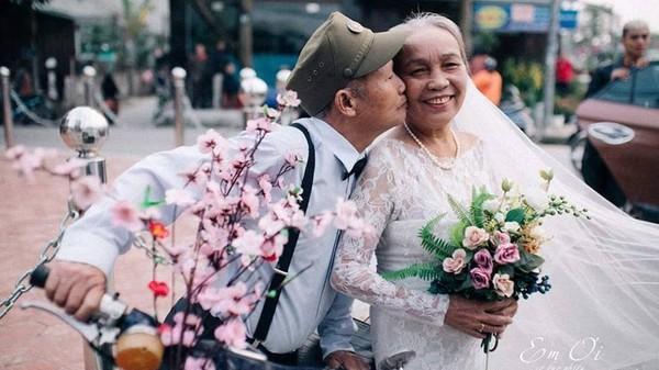 Phát sốt bộ ảnh kỉ niệm 65 năm ngày cưới của cặp vợ chồng già Nghệ An: 'Ông ngày nào cũng hỏi bà có còn yêu anh không?'
