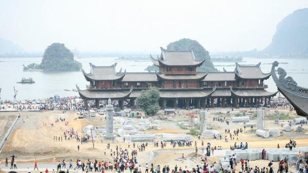 Hàng vạn du khách ùn ùn kéo đến ngôi chùa lớn nhất thế giới ở miền Bắc ngày khai hội