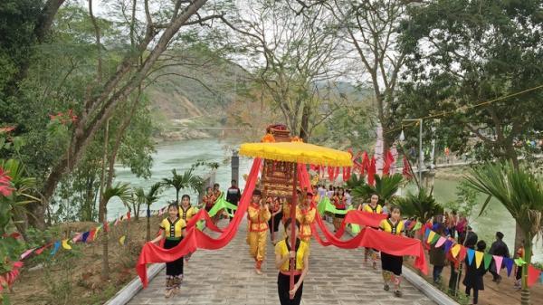 Hàng vạn du khách về tham dự Lễ hội đền Vạn - Cửa Rào ở Nghệ An