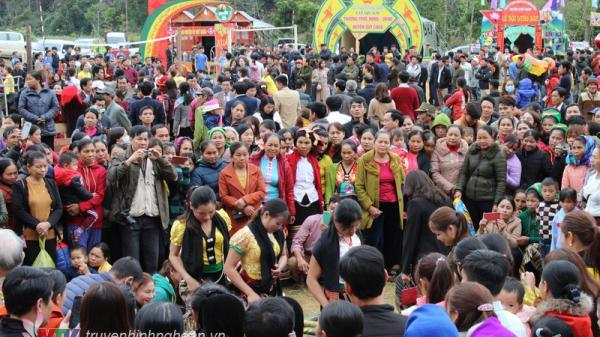 Nghệ An: Hàng nghìn du khách trẩy hội Thẳm Bua – Quỳ Châu 2019
