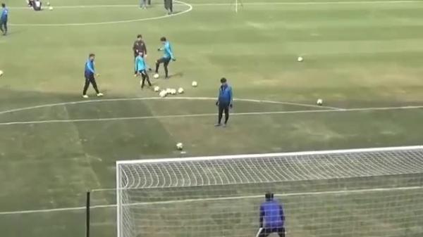 CĐV Incheon United vỗ tay reo hò khi Công Phượng đá penalty theo kiểu panenka