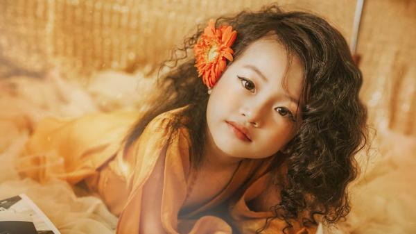 Cô bé 6 tuổi ở Nghệ An gây sốt khi hóa thân thành nữ ca sĩ Như Lời Đồn phiên bản nhí