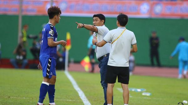 Sau trận thua cay đắng trên sân Vinh, HLV Trần Minh Chiến tố trọng tài thiên vị cho SLNA