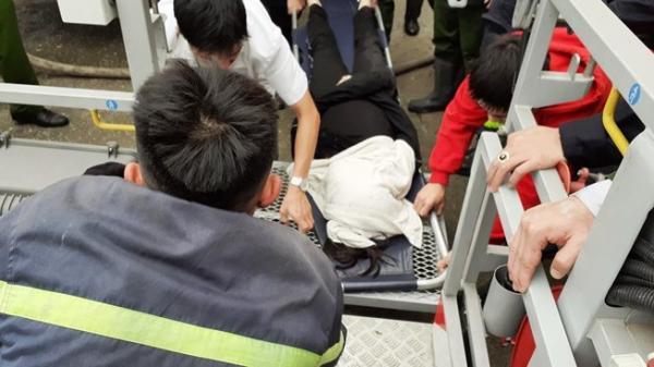 Video: Tìm cứu 8 người đang k.ẹt trong đám ch.áy lớn ở Vinh