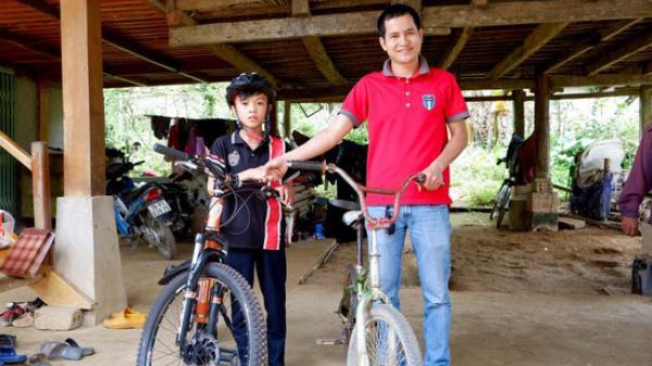Người được tặng chiếc xe đạp không phanh của bé trai 13 tuổi ở Sơn La: 'Tôi sẽ đấu giá và dùng số tiền đó giúp em trai bé Chiến chữa bệnh'