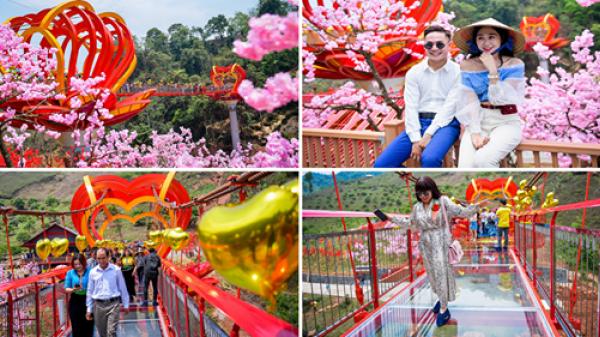 Cận cảnh cầu kính tình yêu 5D đẹp lung linh mới khai trương ở Sơn La khiến dân tình sốt sình sịch