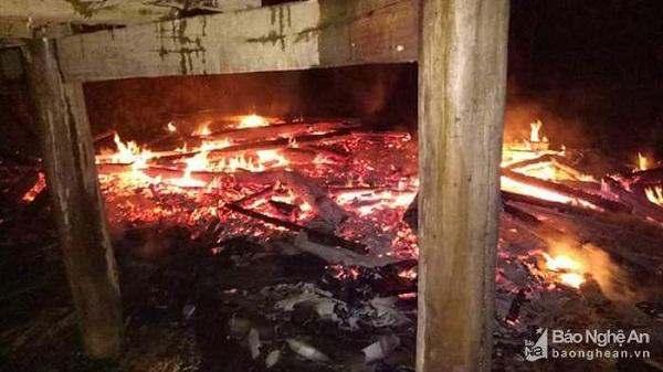 Bộ đội Biên phòng chữa cháy cứu người trong đêm