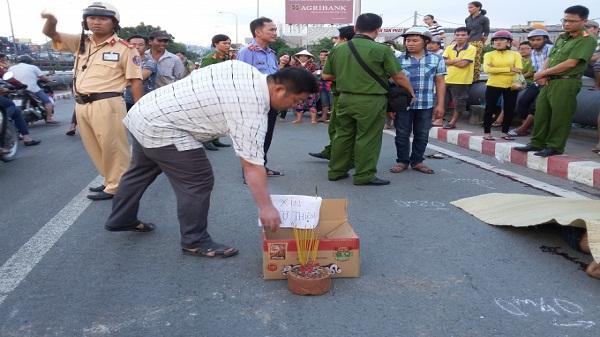 Xúc động cảnh người dân góp tiền đưa nạn nhân bị tai nạn về quê an táng