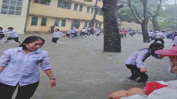 Học sinh Nghệ An lội nước nô đùa như đi biển giữa trời mưa lũ