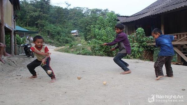 Xem trẻ em Khơ mú chơi 'pê-lẹp-xằng'