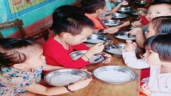 Con Cuông (Nghệ An): Phụ huynh bức xúc vì bữa ăn trẻ mầm non chỉ có bún trắng chan nước