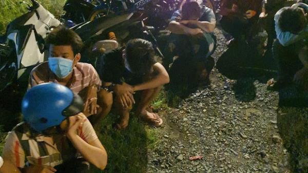 """Hàng trăm """"quái xế"""" tháo chạy khi bị vây bắt, nhiều thanh niên lao xe xuống kênh bỏ trốn"""