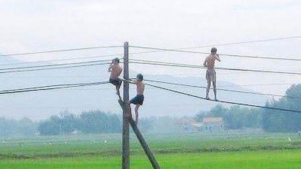 Sơn La: Đu dây điện để nhảy tắm ao, 2 cháu bé chết thương tâm