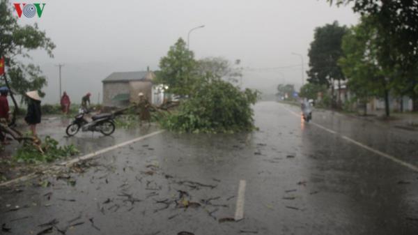 Lốc xoáy cùng mưa lớn ở Hà Tĩnh, hàng trăm ngôi nhà tốc mái