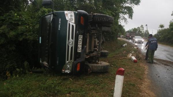 Nghệ An: Xe tải tông nhau, lật nghiêng trên quốc lộ 48B