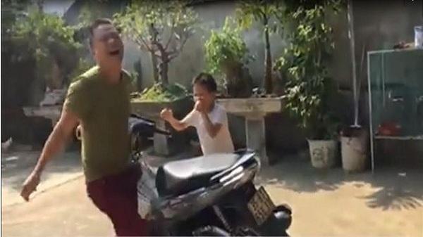 Màn nhổ răng bằng xe máy có 1-0-2 của hai cha con Ninh Bình