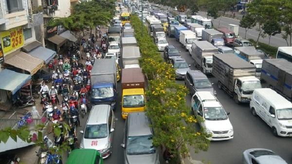 Ùn tắc giao thông gần 4 tiếng trên tuyến đường nội ô đẹp nhất TP.HCM