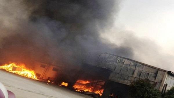 Cháy lớn tại nhà máy bánh kẹo Tràng An 3